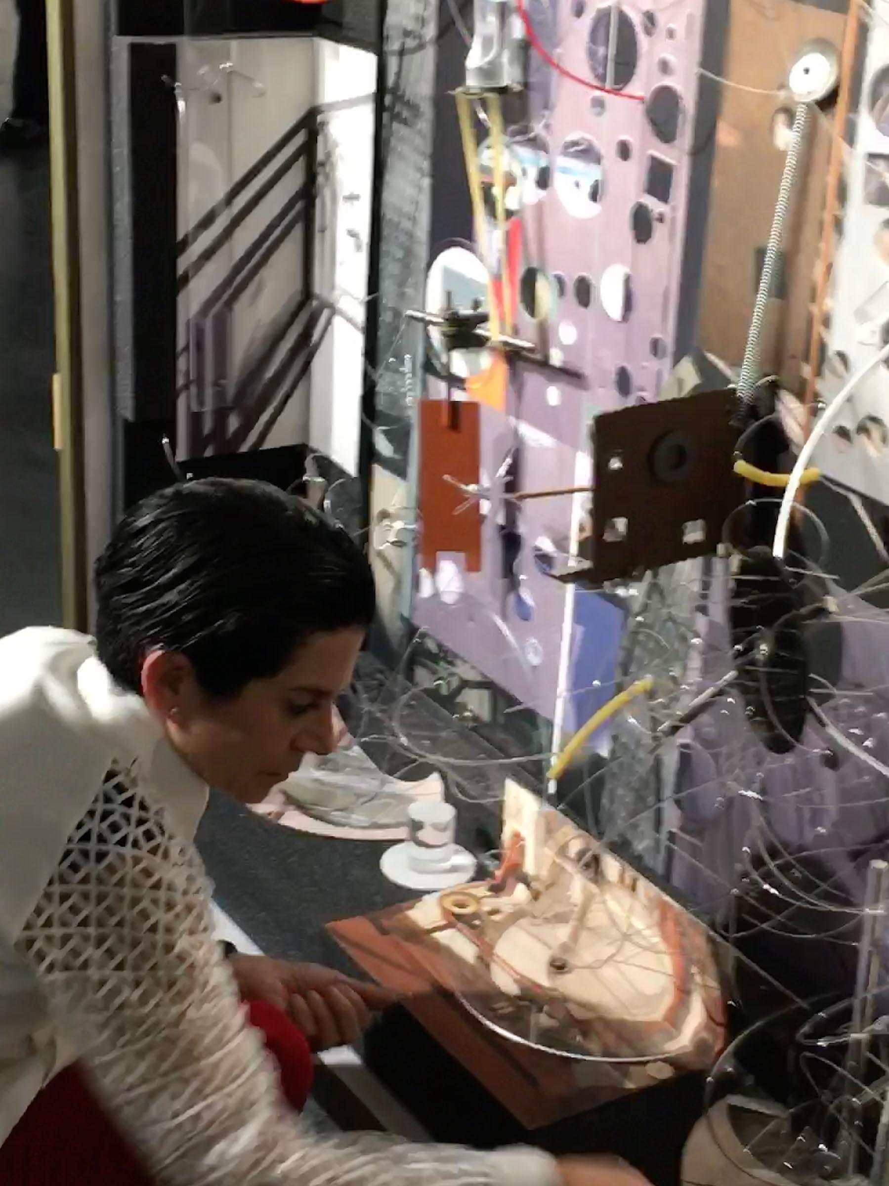 María Martínez-Cañas observando su obra en el Coral Gables Museum.