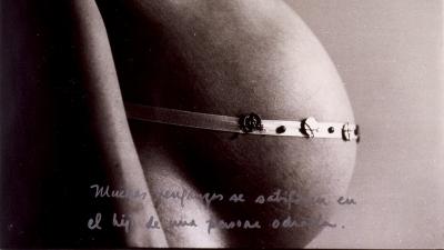 Muchas venganzas se satisfacen en el hijo de una persona odiada de Marta María Pérez Bravo en la exhibición Radical Women: Latin American Art, 1960–1985 en el Hammer Museum
