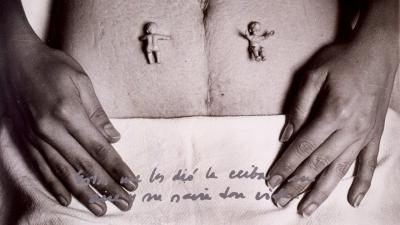 Estos me los dio la Ceiba, su aire y su savia dan vida de Marta María Pérez Bravo en la exhibición Radical Women: Latin American Art, 1960–1985 en el Hammer Museum