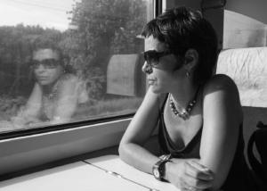 Retrato de Carmen Rivero viajando en tren.